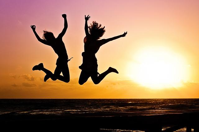 siluety skákajících žen.jpg
