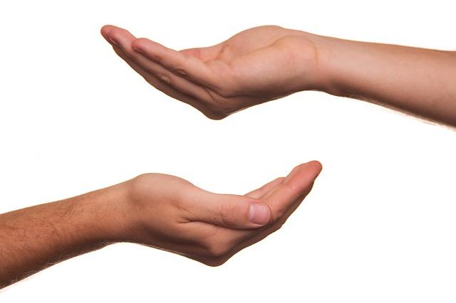 nastavené dlaně