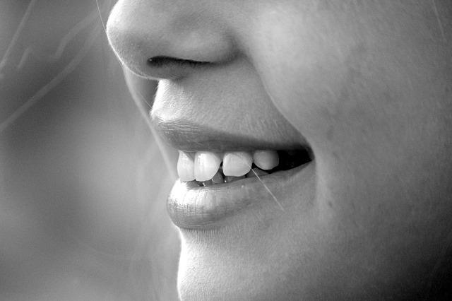 dívčí úsměv